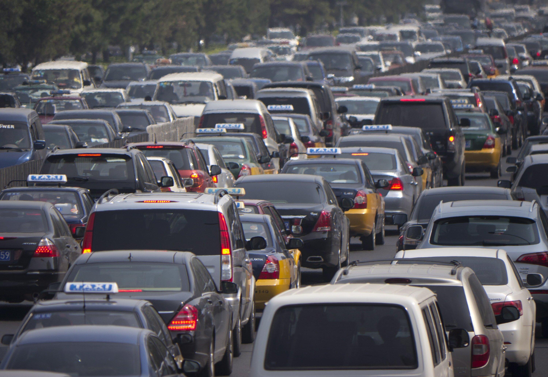 Stau in Peking: Millionen chinesischer Bürger erfüllten sich in den letzten Jahren den Traum vom eigenen Auto. Die Folge: riesige Staus. China investiert deswegen 500 Milliarden Euro in das Straßenbahnnetz.