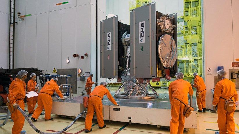 Im Raumfahrtzentrum Kourou werden die Galileo-Satelliten 7 und 8 ins Nutzlastvorbereitungsgebäude gebracht, wo sie auf die Fregat-Oberstufe der Sojus-Rakete installiert werden.