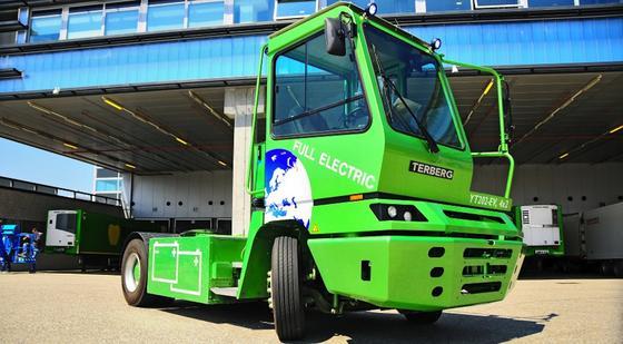 Die elektrische Zugmaschine YT202-EV von Terberg ist stark genug, um einen Aufleger mit 34 Tonnen zu ziehen. Jetzt soll der Elektro-Lkw das Münchner BMW-Werk mit Reifen und Felgen beliefern.