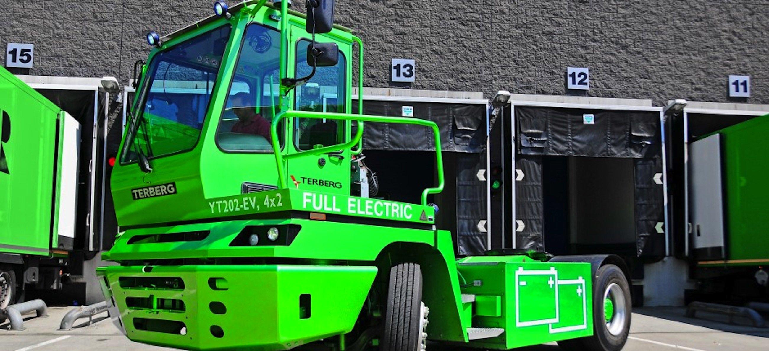 Achtmal täglich wird ab Sommerdie elektrische Zugmaschine YT202-EV von Terberg das Münchner BMW-Werk anfahren. Eingesetzt wird der E-Truck auch schon zum Transport von Containern und Kaffee in Hamburg, Berlin und Herne.