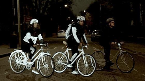 Der Unterschied ist deutlich sichtbar: Zwei der Fahrräder und die Kleidung der beiden Radler wurden mit LifePaint eingesprüht. Die dritte Person samt Rad ist unbesprüht unterwegs und damit in der Dunkelheit kaum wahrzunehmen.