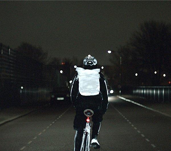 Rucksack, Schuhe und Helm lassen den Verkehrsteilnehmer in hellem Licht erscheinen. Nachtfahrten mit LifePaint sind deutlich sicherer.