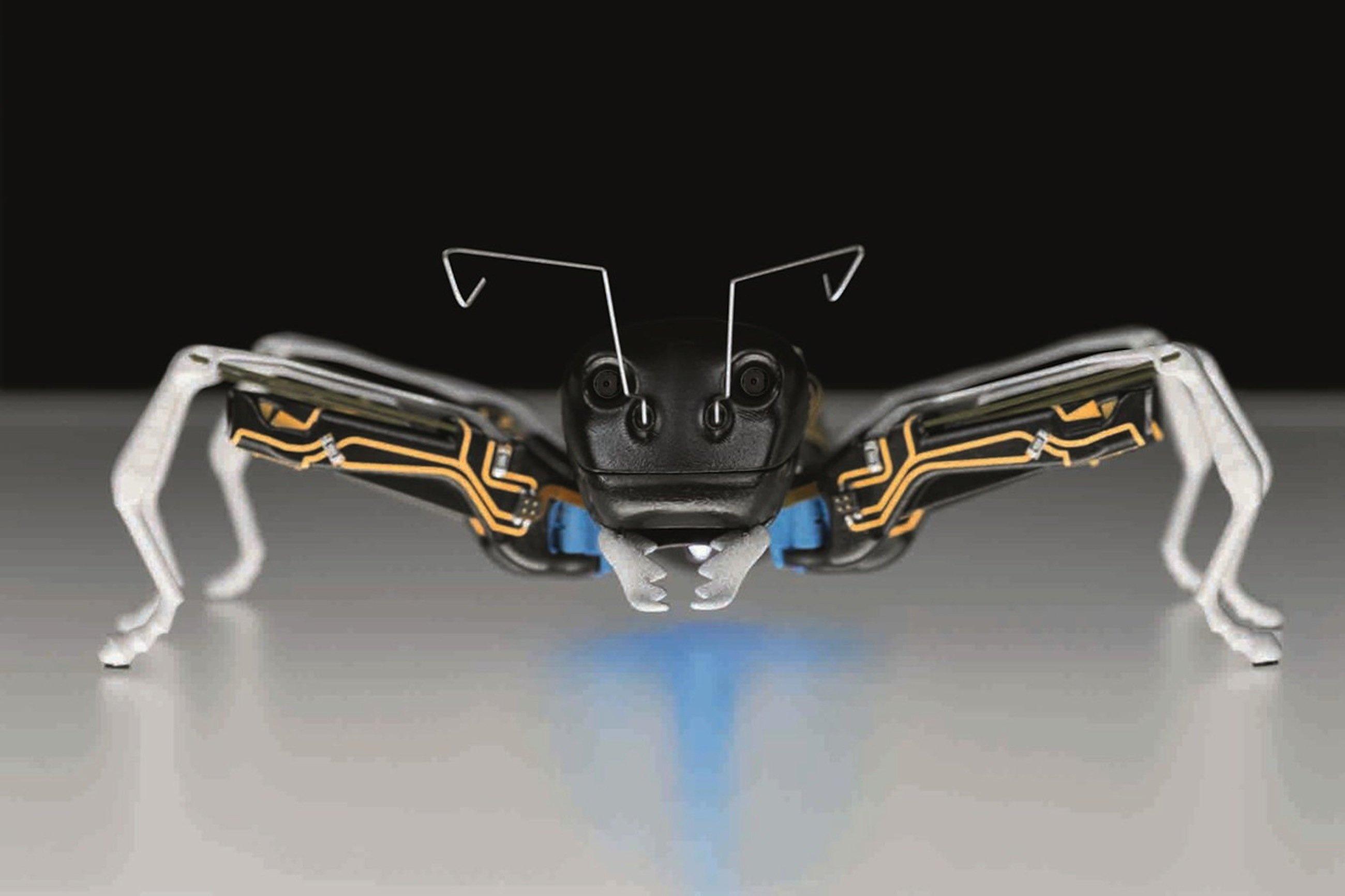 Die knapp 14 Zentimeter großen Roboter bestehen aus lasergesinterten Polyamid, die Fühler sind aus Federstahl gefertigt.