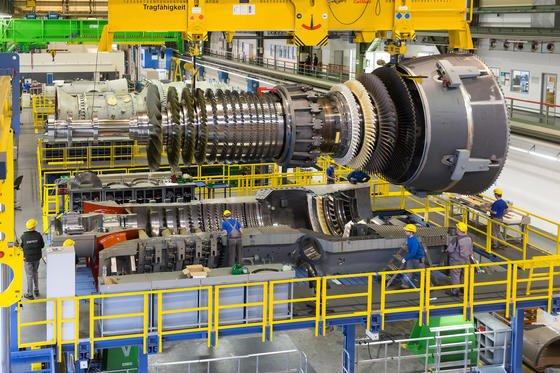 Siemens errichtet am Standort Lausward im Düsseldorfer Hafen ein Gas- und Dampfturbinen(GuD)-Kraftwerk mit einer elektrischen Leistung von 595 Megawatt. Das ist Weltrekord für einen einzigen GuD-Block. Der Netto-Wirkungsgrad wird mehr als 61 Prozent betragen. Nach 60,75 Prozent – dem bisherigen Spitzenwert im GuD-Kraftwerk Irsching – wird auch das ein Weltrekord. Eine dritte Weltbestmarke wird mit der Fernwärmeauskoppelung erzielt: Nie zuvor ist es gelungen, 300 Megawatt (thermisch) aus einem einzigen Gasturbinen-Kraftwerksblock im GuD-Betrieb auszukoppeln. Der Gesamtnutzungsgrad des Brennstoffs Erdgas steigt auf 85 Prozent. Das GuD-Kraftwerk soll 2016 in Betrieb gehen.