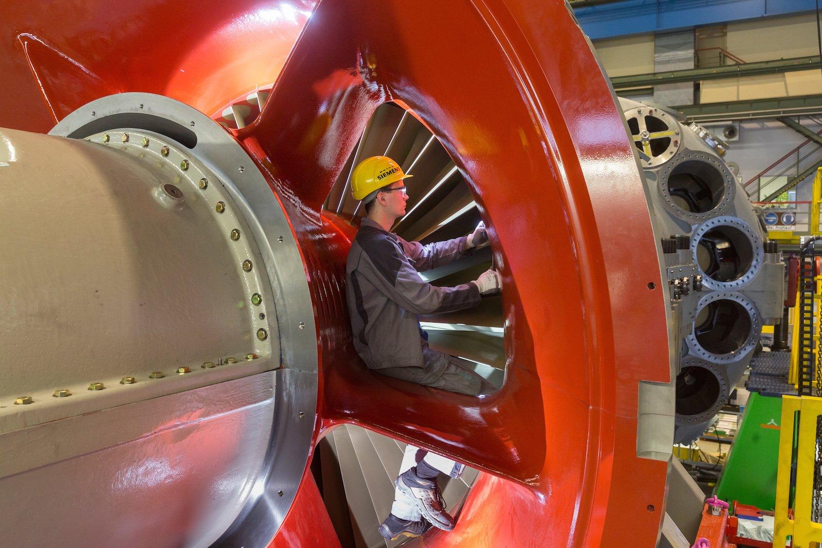 Ein Siemens-Mitarbeiter bei der Radialspaltmessung an der Leitschaufel im Verdichterbereich der Gasturbine.