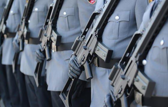 Die Bundeswehr besitzt 176.000 Gewehre vom Typ G36 von Heckler&Koch. Nach monatelangen Untersuchungen im Auftrag des Bundesverteidigungsministeriums wird jetzt von massiven Probleme bei der Treffsicherheit des Standardgewehrs gesprochen.