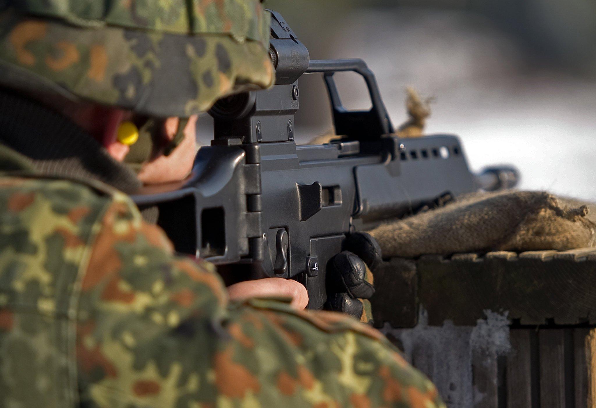 Schießübung mit Sturmgewehr G36:Hersteller Heckler & Koch widerspricht Vorwürfen zu massiven Problemen bei der Treffsicherheit der Waffe.