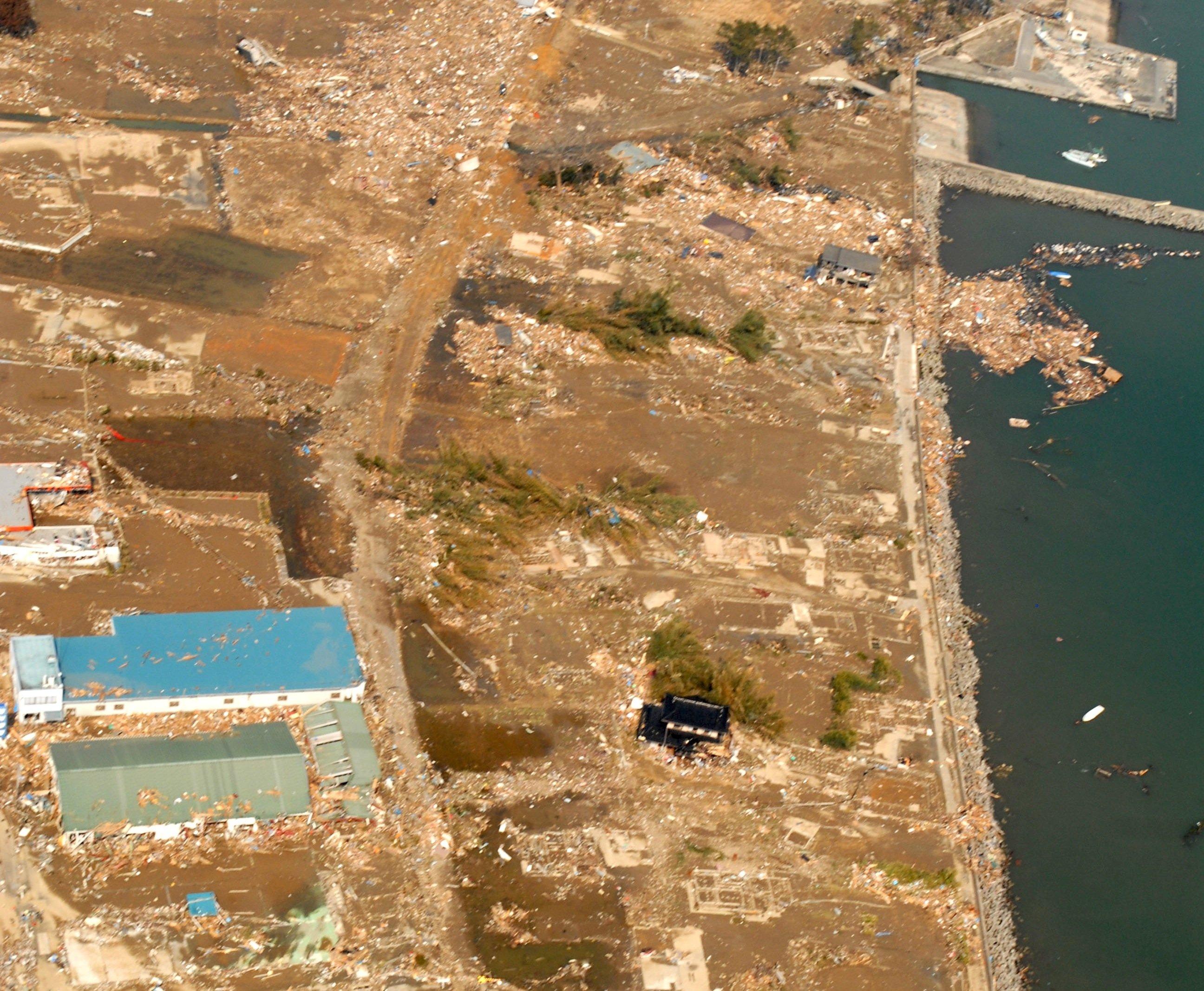 Das zerstörte Takihana am 13. März 2011, zwei Tage nach dem Tsunami: Jetzt will Japan ein Viertel der japanischen Küste durch eine hohe Mauer schützen.