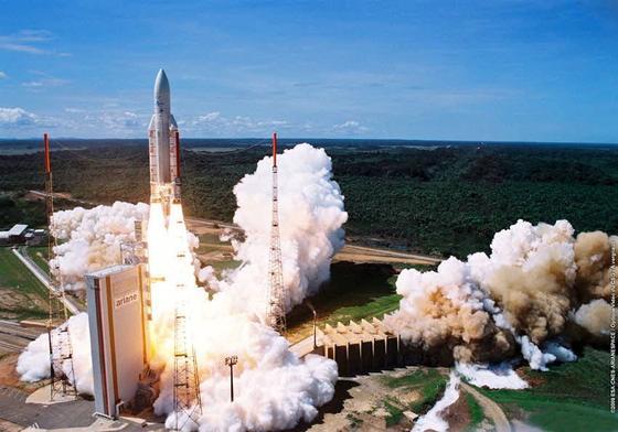 Start einer Arianne-Rakete in Kourou mit einem Helios-Aufklärungssatelliten an Bord: Deutschland beteiligt sich nach langem Ringen nun finanziell auch an der nächsten Generation von französischen Aufklärungssatelliten, die ab Sommer in eine Erdumlaufbahn gebracht werden.