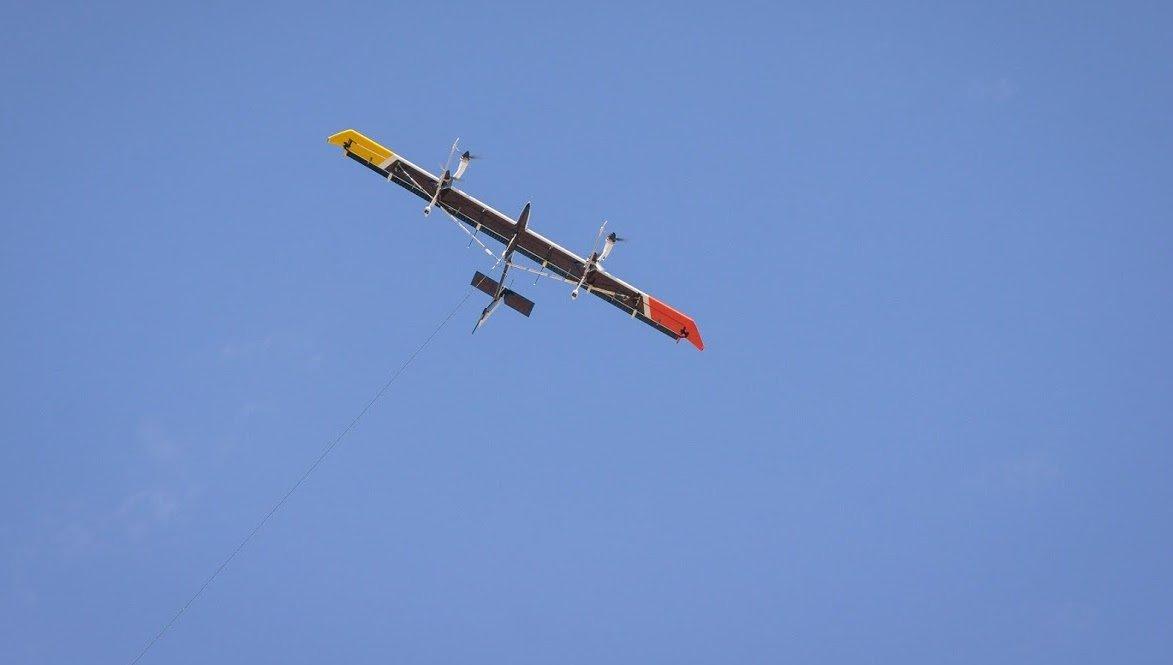 Makani zieht seine Kreise in der Luft. Zu sehen ist auch das Kabel, mit dem die gewinne Energie auf die Bodenstation übertragen wird.