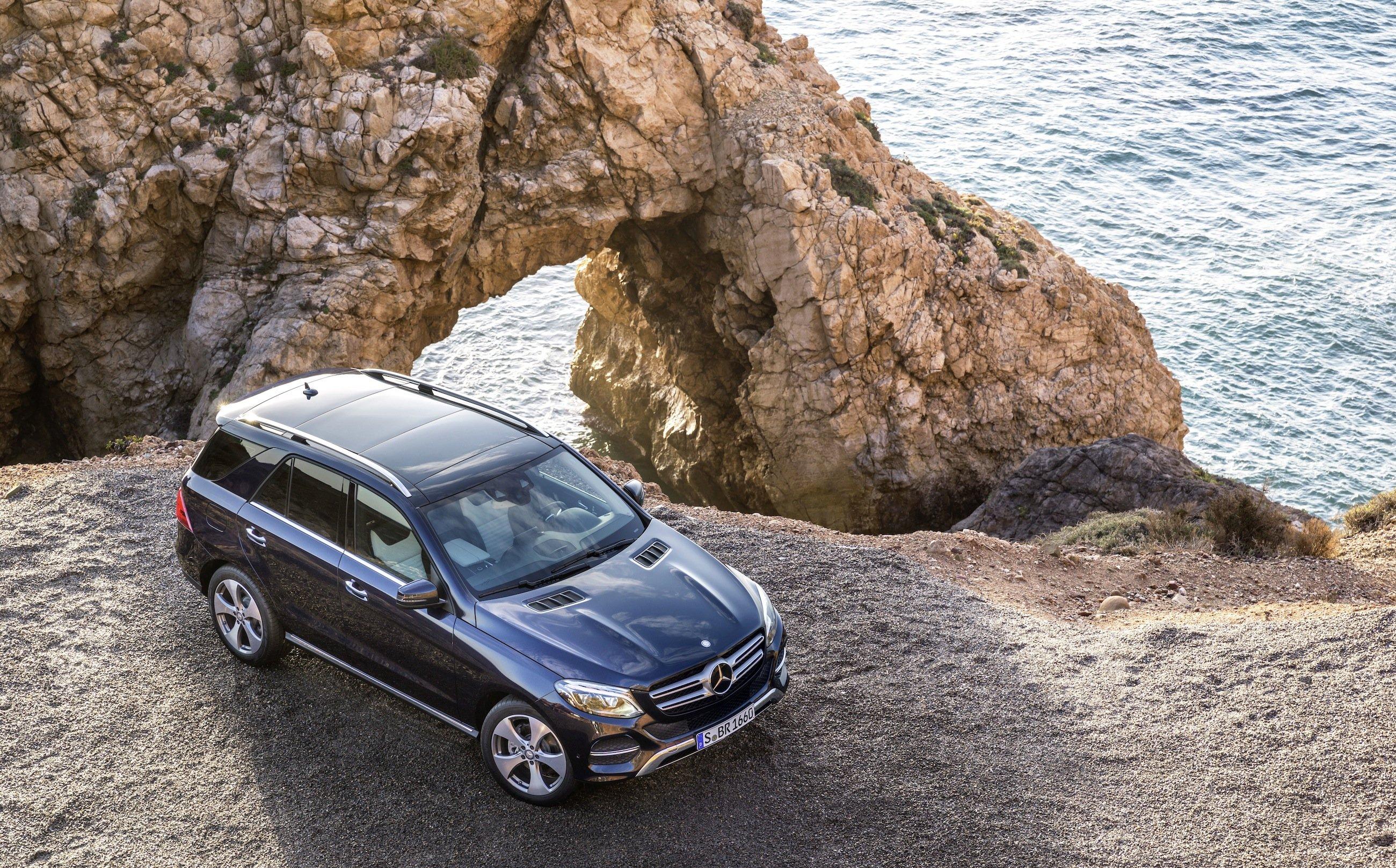 Der GLE, geparkt mit Blick aufs Meer: Als Hybrid soll der neue Mercedes GLE die Leistung eines V8-Motors mit dem Verbrauch eines Kleinwagens verbinden.