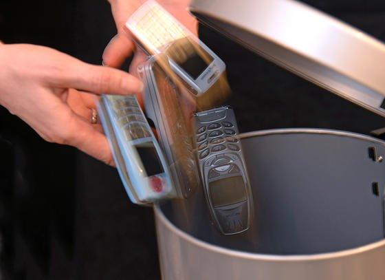 Stopp: Alte Handys dürfen nicht in den Hausmüll. Und dort landen sie auch nicht. Stattdessen werden allein in Deutschland 100 Millionen von ihnen in Schubladen oder sonst wo im Haushalt gebunkert.