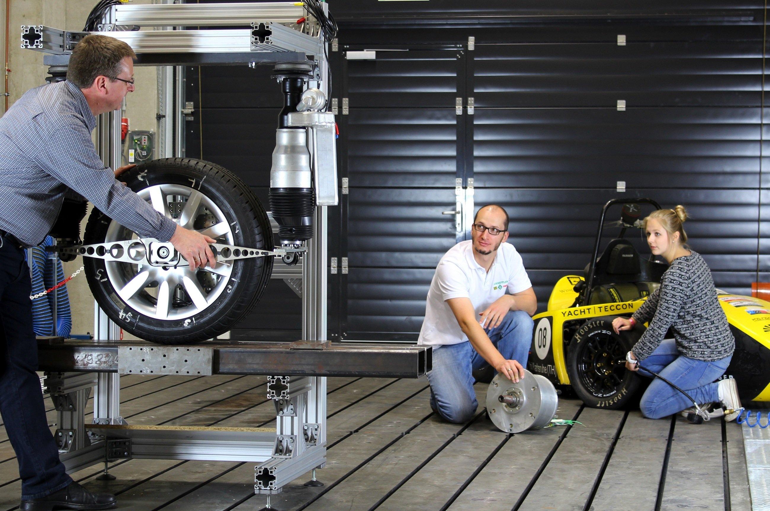Durch eine geeignete Radaufhängung und geschickte Ansteuerung lässt sich eine Lenkkraftunterstützung für Elektroautos realisieren und auf die klassische Servolenkung verzichten.