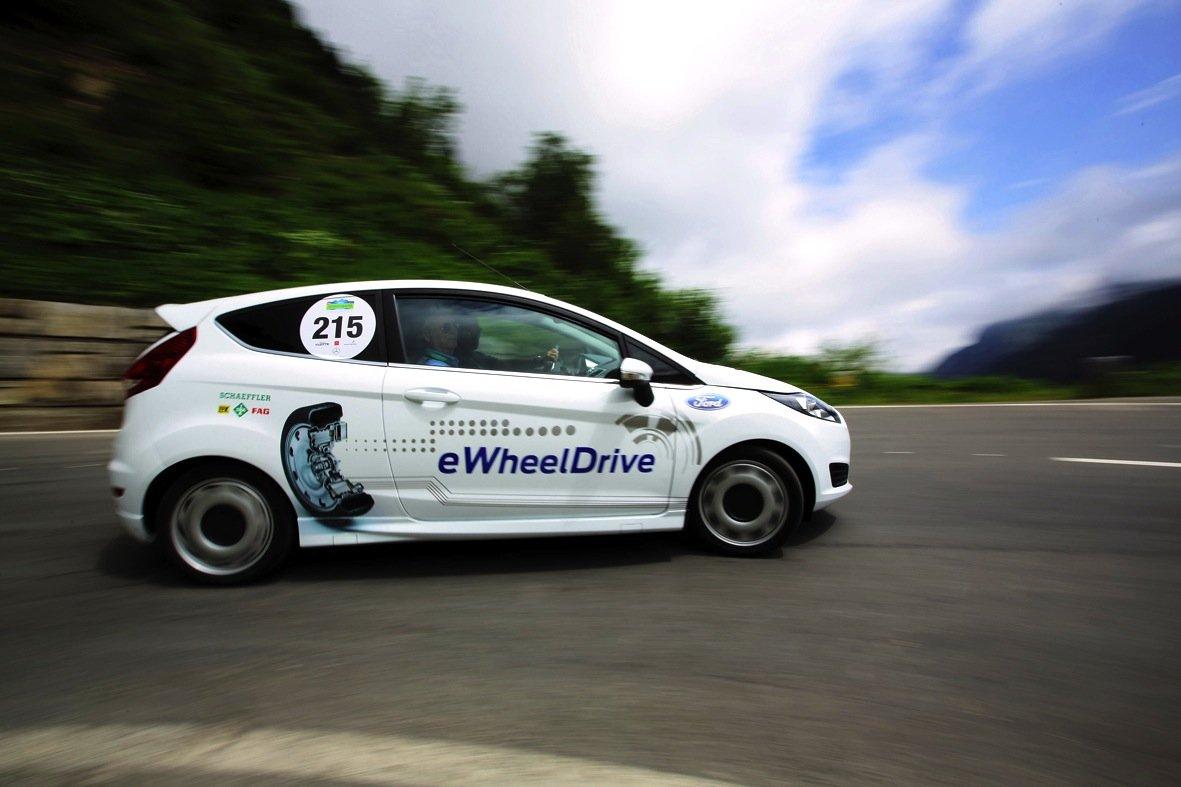 2013 präsentierte Schaeffler den sehr kompakten Radnabenantrieb E-Wheel-Drive am Beispiel eines Ford Fiesta. Das Auto wurde über die beiden Hinterräder angetrieben, brauchte also auch einen Lenkkraftverstärker. Der soll nun über eine intelligente Steuerung aller vier Räder überflüssig werden.