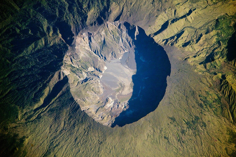 Der Krater des Vulkans Tambora auf der indonesischen Insel Sumbawa:Vor der Explosion ragte der Tambora 4.300 Meter in den Himmel. Aktuell ist er nur noch 2850 Meter hoch, ein beispielloser Masseverlust.