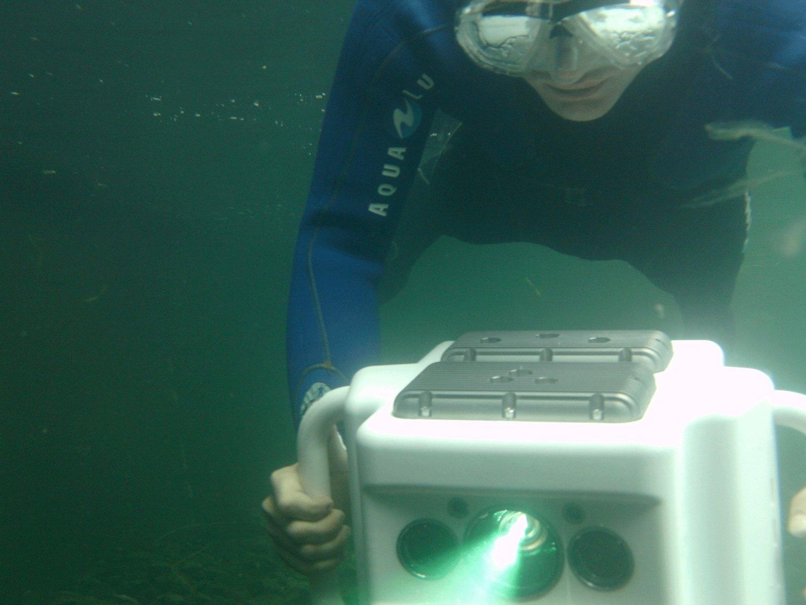 Das 3D-Messsystem, das Wissenschaftler des Fraunhofer IOF mitentwickelt haben, erinnert an eine Unterwasserkamera. Taucher können es mit einfachem Tastendrücken bedienen und Bauteile vermessen.