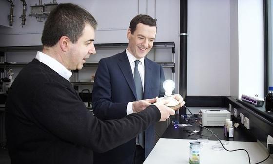 Sieht aus wie eine alte Glühbirne, kann aber mehr:NobelpreisträgerKonstantin Novoselov (li.) zeigt eine Graphen-LED.