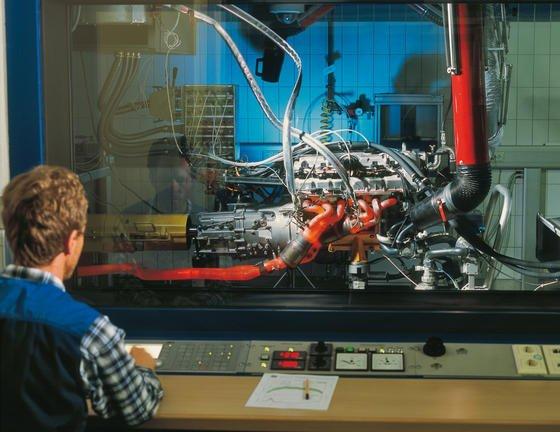 Prüfstand im BMW-Motorenwerk Steyr: Aufgrund der hohen Temperaturen im Motor werden Motorblöcke vor allem aus Gusseisen und Aluminium hergestellt. Jetzt stellen Ingenieure desFraunhofer-Instituts für Chemische Technologieauf der Hannover Messe einen Motor aus Kunststoff her, der sich auch in Serie produzieren lässt.