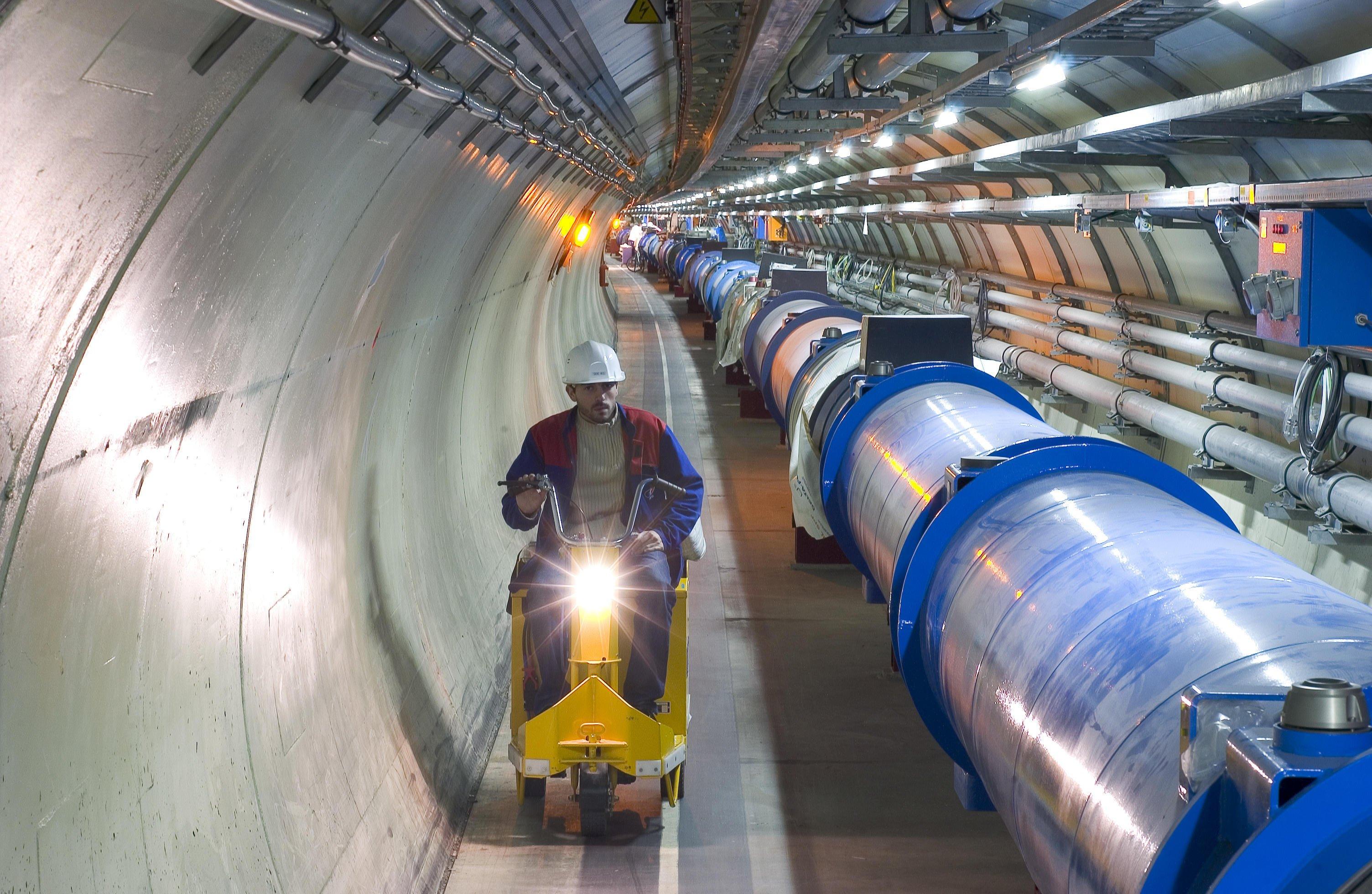 Unter der Erde liegt die 27 Kilometer lange Ringbahn des Teilchenbeschleunigers LHC. Durch sie düsen die Protonenstrahlen mit annähernder Lichtgeschwindigkeit und prallen schließlich aufeinander.