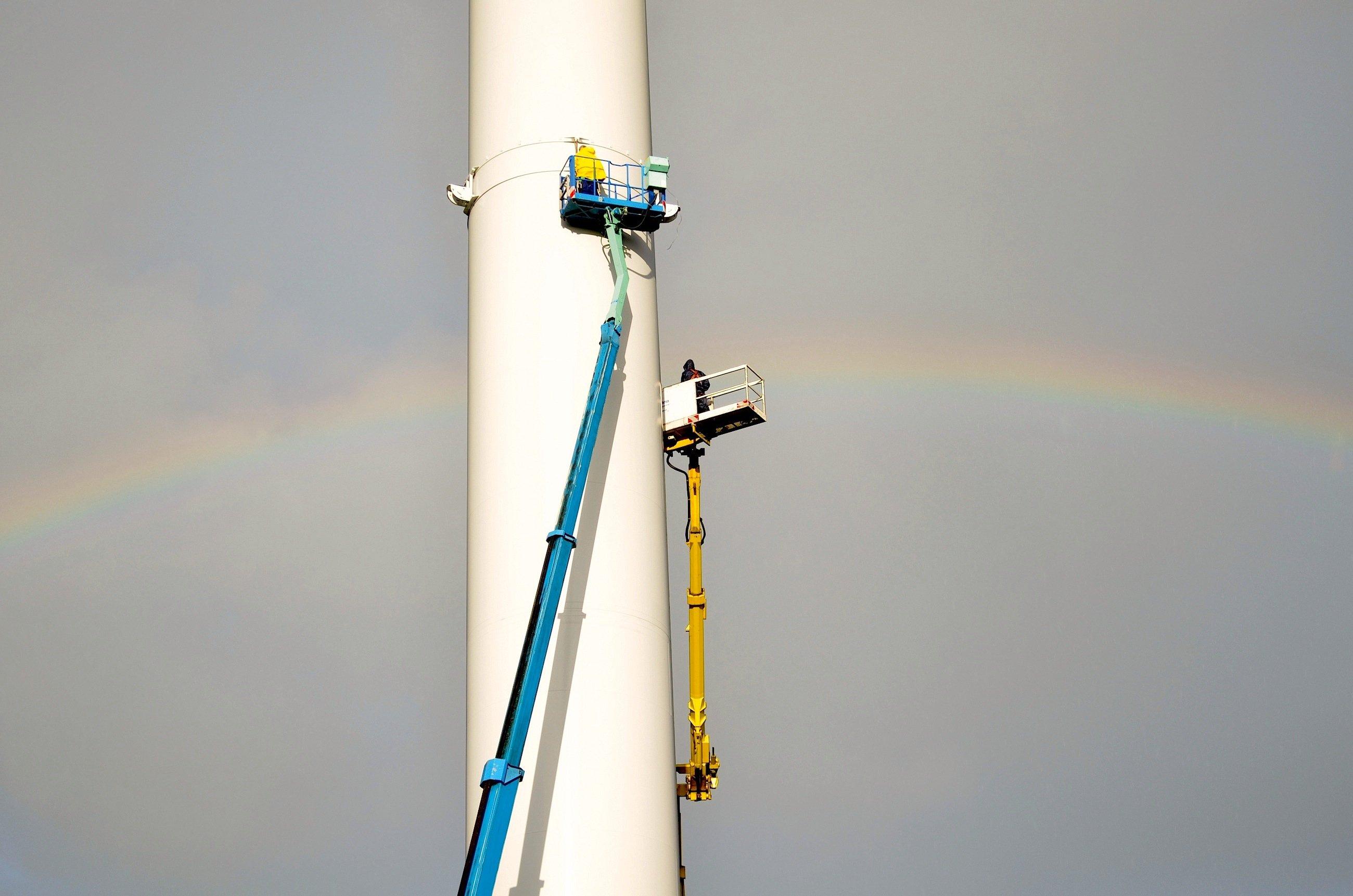 Servicemitarbeiter des Energieversorgers Enertrag montieren im Windpark Langenhorn den zweiten Spannring, an dem eines der Radarsysteme befestigt werden soll. Das System schaltet die roten Warnleuchten nur ein, wenn sich ein Flugzeug nähert.