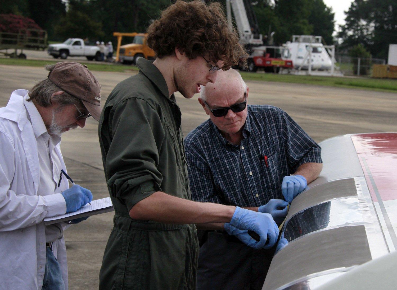 Die Wissenschaftler wollen herausfinden, welche Oberflächenbeschichtung Insekten am wenigsten Haftmöglichkeit bietet. Das soll den Kerosinverbrauch der Flugzeuge senken.