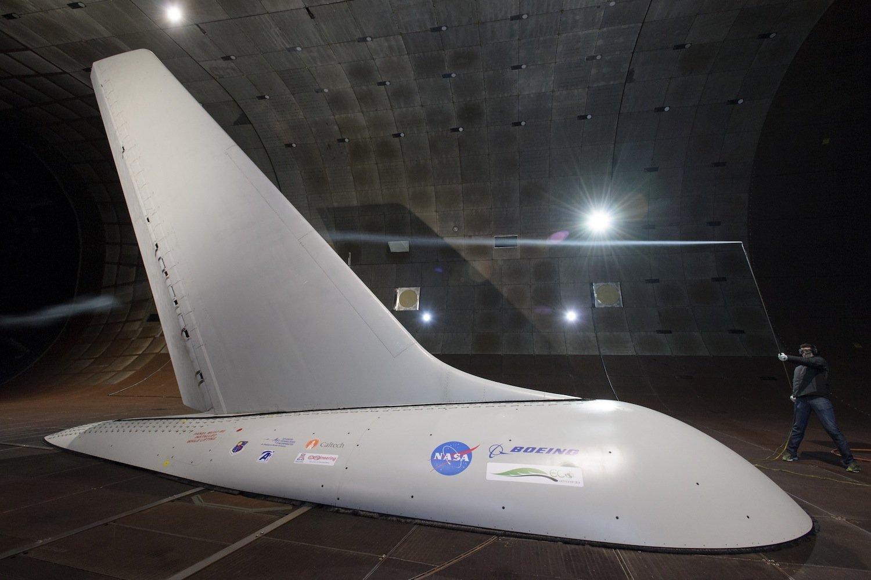 NASA und Boeing experimentieren auch mit neuen Seitenleitwerken: 31 kleine Luftkanäle sollen den Luftstrom am Flugzeugheck positiv beeinflussen. Das soll ebenfalls Kerosin sparen.