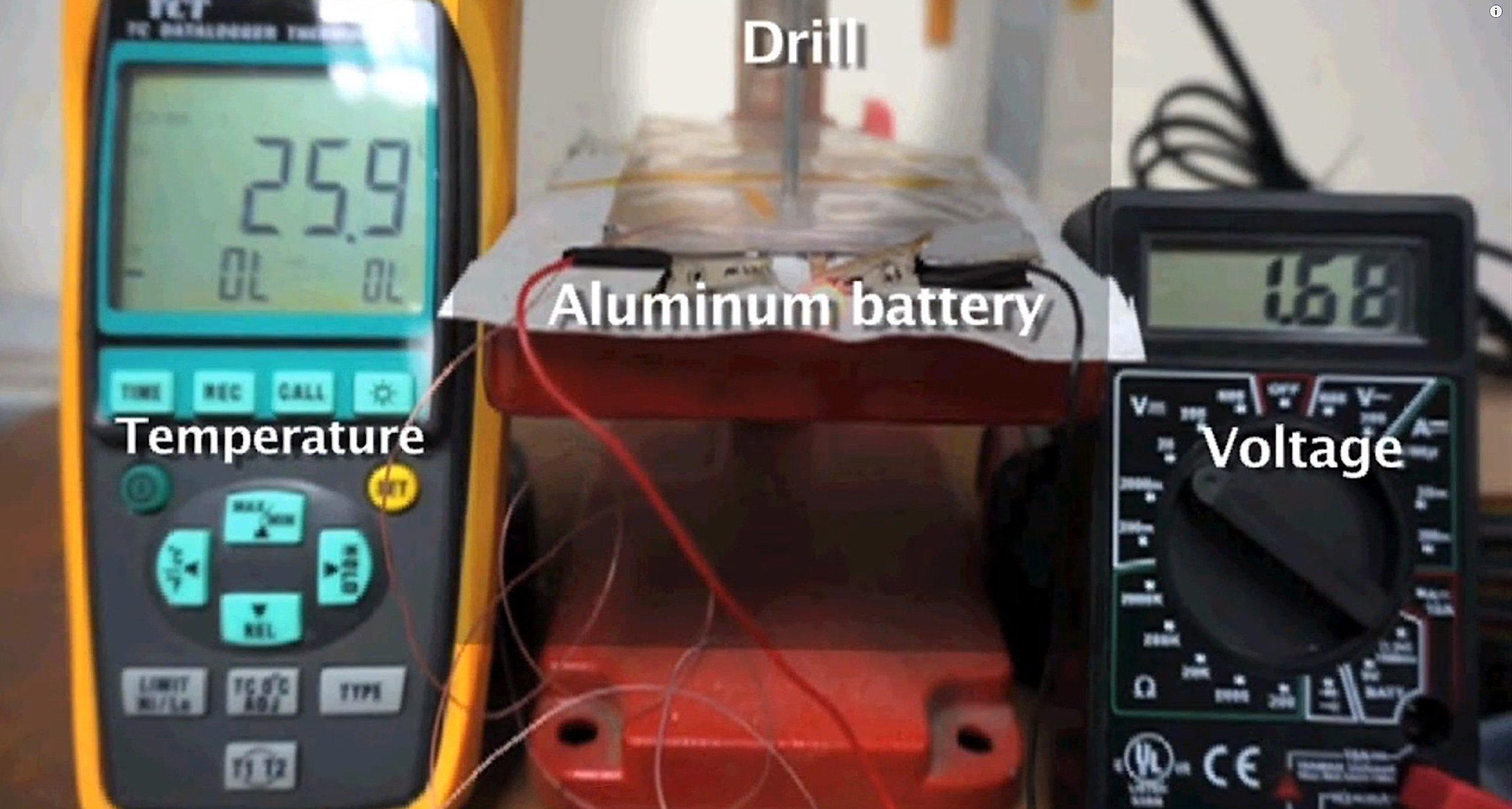 Der Prototyp des Aluminium-Akkus erzeugt derzeit eine Spannung von zwei Volt.