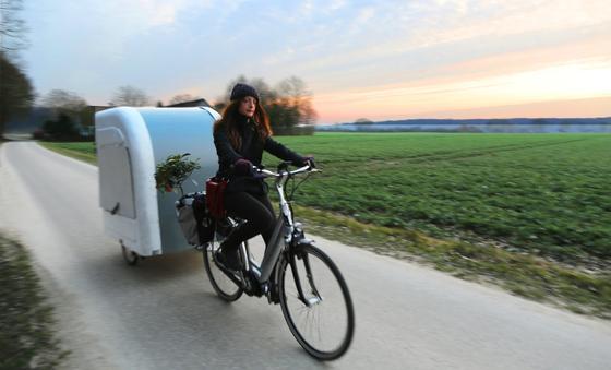 Der 45 Kilogramm schwere Wide Path Camper lässt sich bequem mit dem Fahrrad ziehen. Er kostet in der einfachsten Ausführung 2000 Euro.