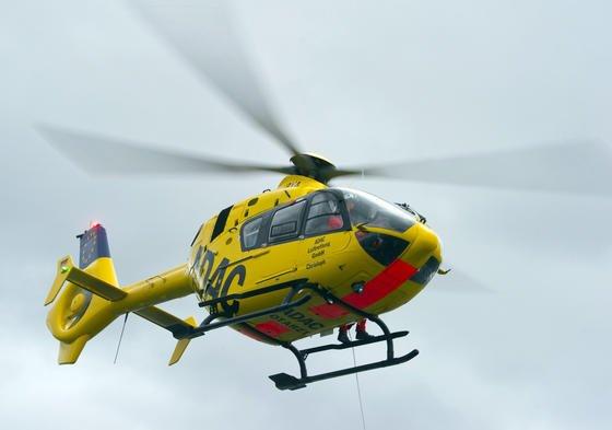 Hubschrauber der ADAC Luftrettung: Besonders im Anflug können kleine Hobby-Drohnen zur Gefahr werden, weil kaum Platz zum Ausweichen ist, warnt der Automobilclub.