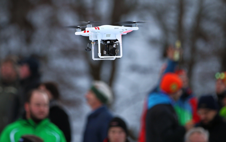 Eine Hobby-Drohne mit Kamera in der Luft: Die unbemannten Fluggeräte erobern die Lüfte, da es sie mittlerweile sogar in Spielzeuggeschäften zu kaufen gibt.