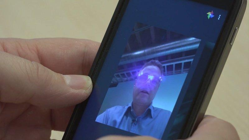 So sieht ein Selfie mit dem Smartphone aus, wenn man die AVG-Brille trägt, die der Software für die Gesichtserkennung Schwierigkeiten bereitet.
