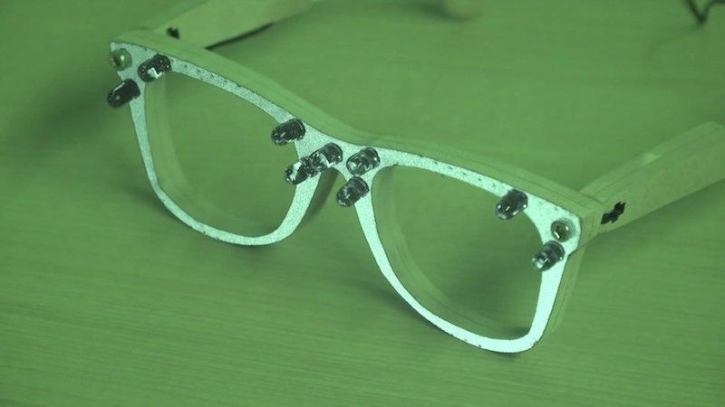 Die Fassung der AVG-Brille ist mit einem retro-reflektierenden Material beschichtet.