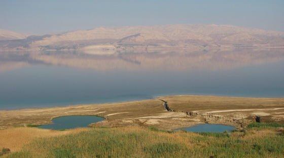 An den Ufern des Toten Meeres haben Forscher schon über 4000 Sinkholes registriert. Sie sind bis zu 25 Meter tief und somit eine echte Gefahr für Menschen.