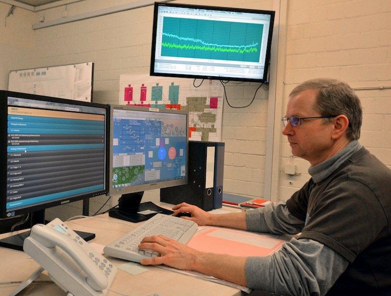 Leitzentralen müssen bislang mit Bildschirmen und Kontrollpulten auskommen, um Abläufe zu überwachen. Das neue System SoProMon lässt das Personal zusätzlich hören, wenn etwas schiefgeht.