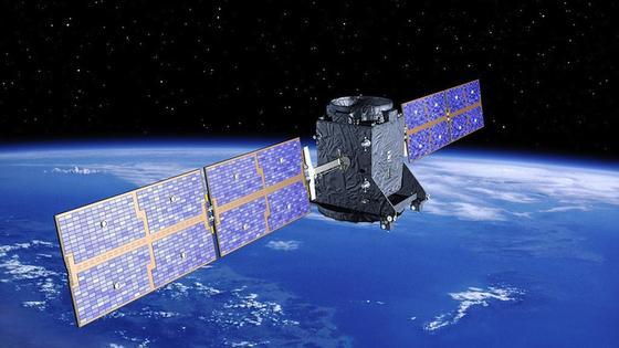 Satellit im Weltraum: Bereits winzige Trümmerteile können zur Gefahr werden, wenn sie mit einer Geschwindigkeit von mehreren Kilometern pro Sekunde kollidieren.