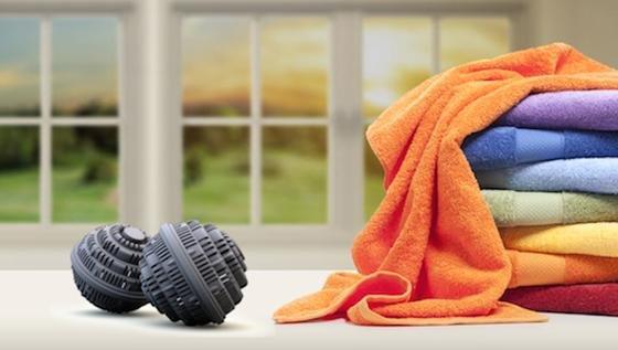 Statt Waschmittel: Die mit Keramikkügelchen gefüllten Kugeln sollen umweltfreundlich und effektiv waschen. Und kommen bald smart auf den Markt. Mit eingebauten Sensoren und einem Bluetooth-Modul.