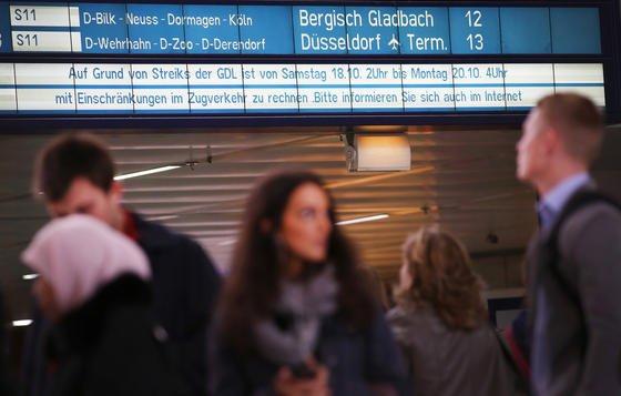 Wartende Fahrgäste beim Lokführerstreik 2014 in Düsseldorf: Der Arbeitgeberverband Gesamtmetall befürchtet, dass es ohne Tarifeinheit in den Betrieben mehr Streiks von Spartengewerkschaften geben wird.