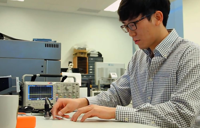 Ein Ingenieur der University of Michgan arbeitet an M3: Der kleinste Computer der Welt soll irgendwann so klein sein, dass ihn Mediziner sogar in den menschlichen Körper setzen können.