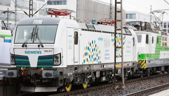 Der erste Vectron für ein Breitspur-Schienennetz im Hauptbahnhof von Helsinki. Er wird in Finnland zahlreiche Testfahrten absolvieren. Die Lok wird im Frühling und Sommer im Einsatz sein. Eine auf die nordischen Winterbedingungen angepasste Version der in Europa eingesetzten Vectron-Lok wird ab 2016 nach Finnland geliefert werden.