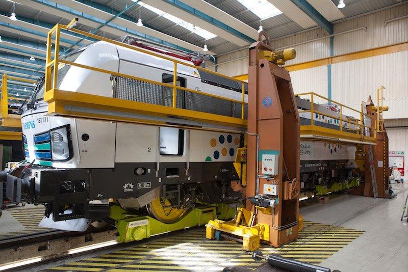 Die Vectron-Lok im Werk München-Allach: Auf ihrem Weg nach Finnland kamen beim Transport auf deutschen Normalspurgleisen erstmals neu entwickelte Hilfsfahrgestelle (Loco Buggy) zum Einsatz. Jeder der vier Radsätze des 90 Tonnen schwerenVertonstand dabei auf einem Loco Buggy. Dieses Transportsystem wird erstmalig eingesetzt.