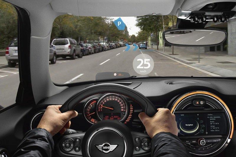 Im Sichtfeld des Autofahrers erscheinen Tempolimit und freie Parkplätze. Die Sicht auf den Verkehr soll dabei nie verdeckt sein.