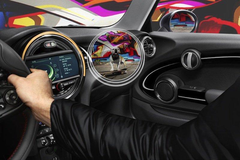 Ein virtueller Blick blendet Fahrzeugteile aus: Der Fahrer kann dann beispielsweise durch die Tür einen Hund auf dem Bürgersteig erkennen.