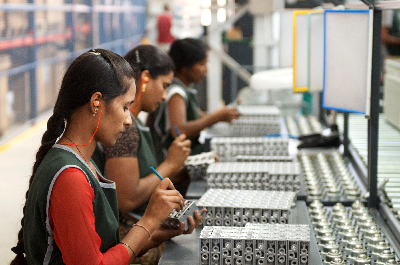 Arbeiterinnen im indischen Bangalore: Am Sonntag 12. April 2015 wird Indiens Premier Modi die weltgrößte Industrieschau Hannover Messe eröffnen, auf der Indien in diesem Jahr Partnerland ist.