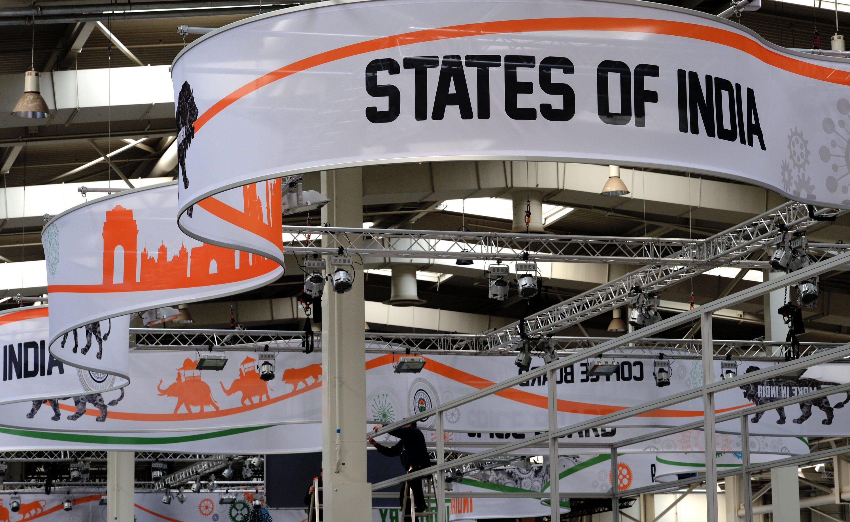 Ein Messebauer arbeitet auf der Hannover Messe in Hannover auf einem Stand des Partnerlands Indien.