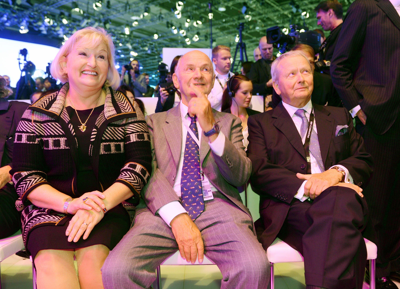 Sie halten die Mehrheit am VW-Konzern, die Familien Porsche und Piëch. Im Bild die beiden Familienoberhäupter Wolfgang Porsche (r.),Aufsichtsratsvorsitzender von Porsche, und Ferdinand Piëch, Aufsichtsratsvorsitzender von VW, auf der IAA 2013 in Frankfurt. Links im Bild dessen Ehefrau UrsulaPiëch.