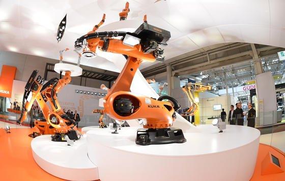 Kuka ist bislang bekannt für seine Industrieroboter, die vor allem in der Autobranche eingesetzt werden. Künftig will das Augsburger Unternehmen offenbar auch Roboter bauen, die zur Pflege eingesetzt werden können.