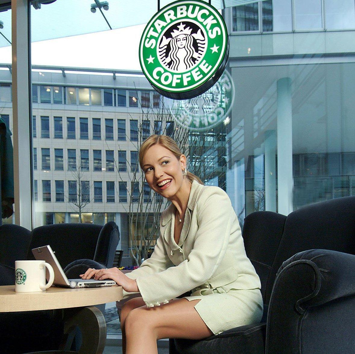 Hotspot in der Kaffeehauskette Starbucks: Die Bundesnetzagentur will große Hotspots künftig überwachen lassen, will aber private Anbiete wie Starbucks ausnehmen.