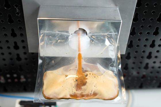 Eigens für die ISS hat der Kaffeespezialist Lavazza eine Kaffeemaschine entwickelt. Der Kaffee fließt nach dem Brühen direkt in eine Plastiktüte, aus der er getrunken werden kann.