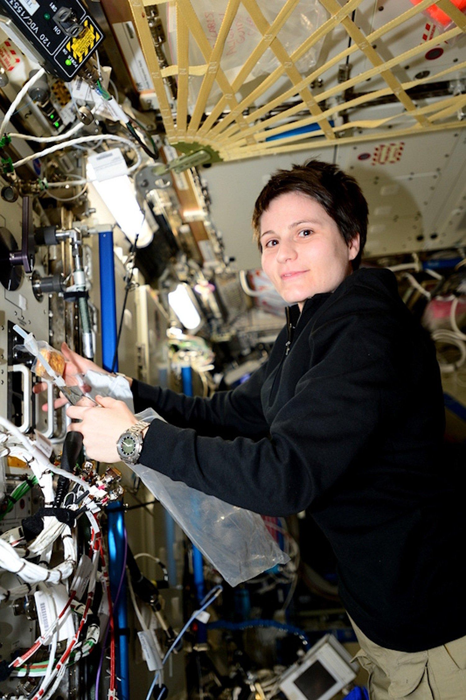 Frühstück mit schwarzem Kaffee aus der Tüte: ESA-Astronautin Samantha Cristoforetti freut sich auf die Espresso-Maschine von Lavazza, die mit dem aktuellen Versorgungsflug auf der ISS eintreffen wird.