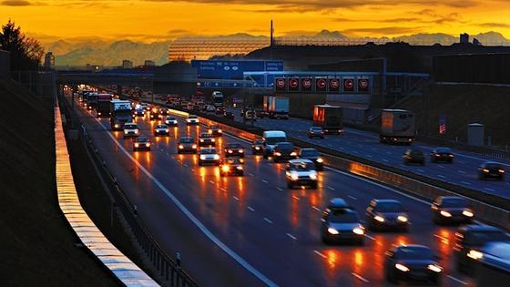 Viel Verkehr wie hier vor München: Staus kosten Zeit, Geld und Nerven und verschmutzen die Umwelt. Mehr als die Hälfte der Menschheit wohnt heute in Städten, ein zusätzliches Viertel pendelt von den Speckgürteln hinein ins Stadtzentrum.